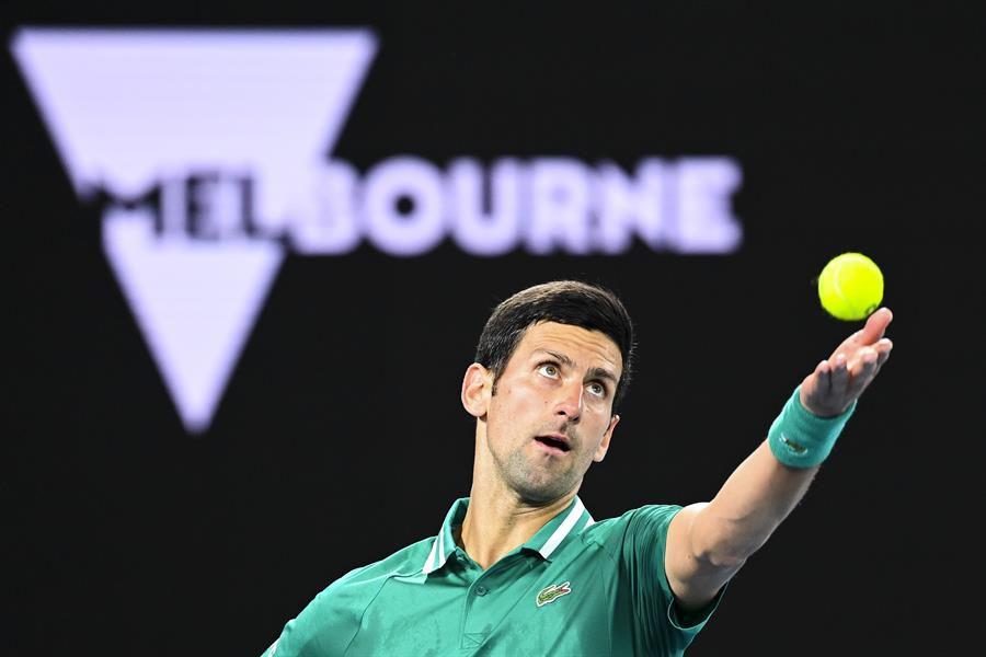 Djokovic comienza el Abierto de Australia superando con facilidad a Chardy